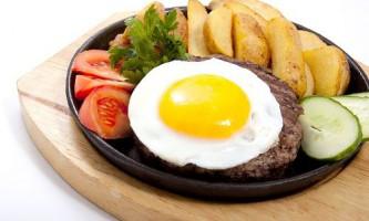 Біфштекс з яйцем і картоплею