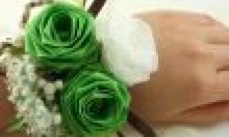 Браслет з квітів цікавий аксесуар на весілля. Як зробити?