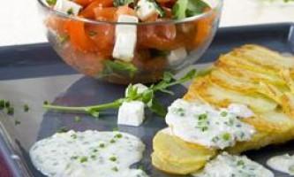 Морський окунь у картопляне паніровці з цибулевим соусом